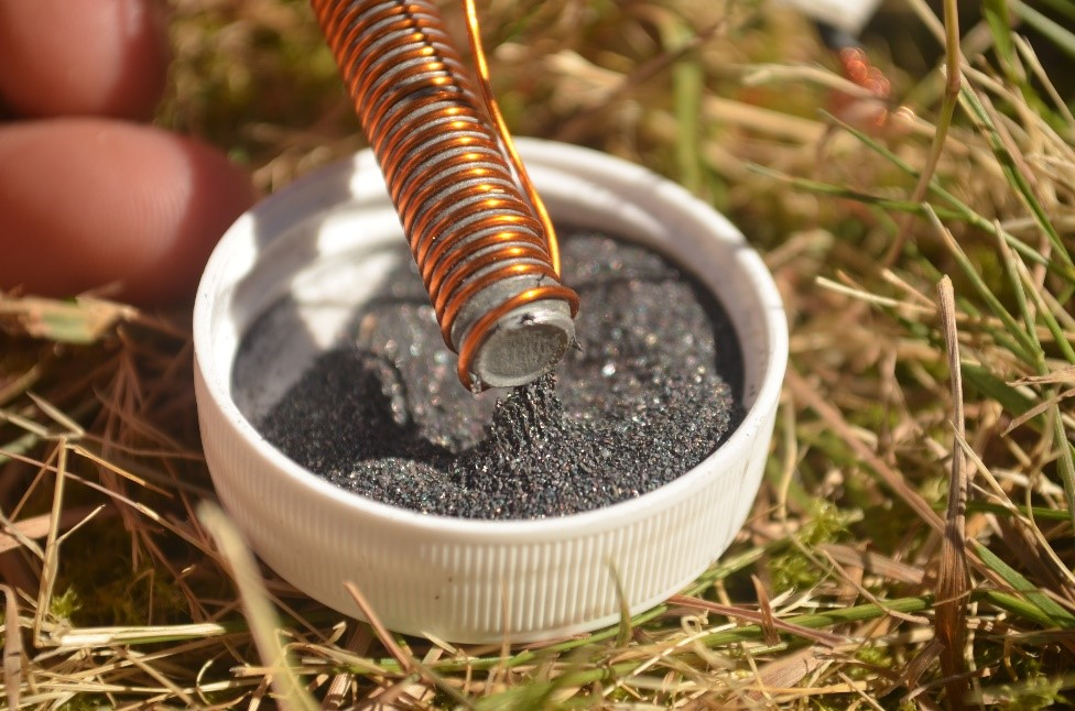Electromagnet attracting iron fillings